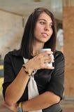 детеныши женщины утра кофе дела выпивая стоковое фото