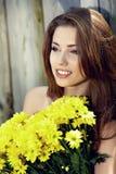 детеныши женщины цветка букета счастливые сь Стоковое фото RF