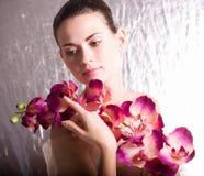 детеныши женщины цветка стороны Стоковые Фото