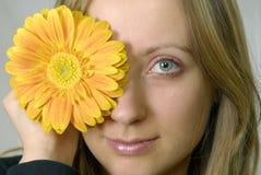 детеныши женщины цветка Стоковая Фотография