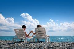 детеныши женщины человека пляжа Стоковое Изображение