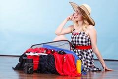 детеныши женщины чемодана упаковки Стоковые Фотографии RF