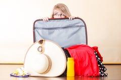 детеныши женщины чемодана упаковки Стоковая Фотография