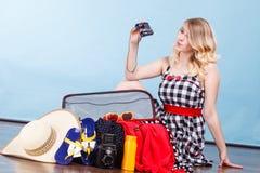 детеныши женщины чемодана упаковки Стоковое фото RF