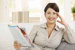 детеныши женщины чтения газеты стоковое изображение rf