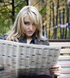 детеныши женщины чтения газеты стоковые фото