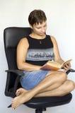 детеныши женщины чтения книги Стоковые Фотографии RF