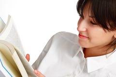 детеныши женщины чтения книги Стоковое Фото