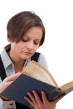 детеныши женщины чтения книги Стоковые Изображения RF