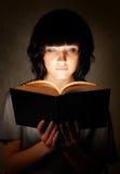 детеныши женщины чтения Стоковое Изображение