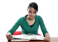 детеныши женщины чтения Стоковая Фотография RF