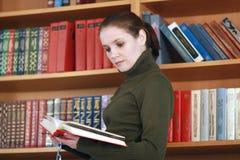 детеныши женщины чтения Стоковые Фото