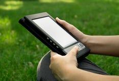детеныши женщины чтения ebook Стоковые Фотографии RF
