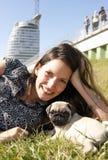 детеныши женщины щенка Стоковая Фотография RF
