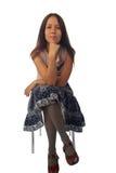 детеныши женщины юбки усаживания стула стоковое изображение