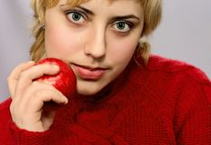 детеныши женщины яблока привлекательные красные Стоковые Фото