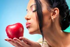 детеныши женщины яблока стоковое фото rf