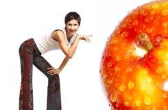 детеныши женщины яблока стоковое изображение
