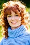 детеныши женщины яркого с волосами портрета outdoors красные стоковое фото