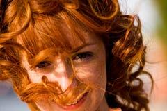 детеныши женщины яркого с волосами портрета outdoors красные стоковое изображение rf