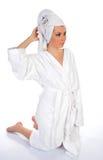 детеныши женщины bathrobe Стоковое Изображение