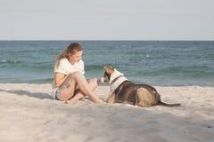 детеныши женщины griffon собаки breed bruxellois Стоковое Фото