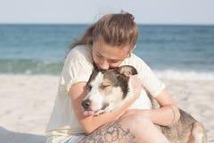 детеныши женщины griffon собаки breed bruxellois Стоковое фото RF