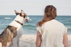 детеныши женщины griffon собаки breed bruxellois Стоковое Изображение