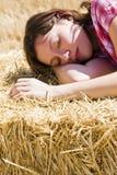детеныши женщины haystack стоковые фотографии rf