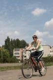 детеныши женщины riding bike Стоковая Фотография RF
