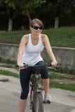 детеныши женщины riding bike Стоковые Изображения