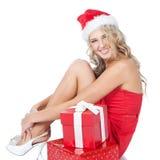 детеныши женщины santa хелпера шлема подарков красные Стоковые Изображения RF