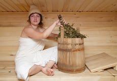 детеныши женщины sauna брюнет сидя Стоковое Фото