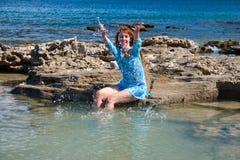 детеныши женщины seacoast ландшафта дня солнечные Стоковая Фотография RF