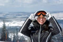 детеныши женщины smiley лыжника Стоковое Изображение RF