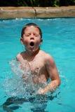 детеныши заплывания мальчика стоковая фотография rf