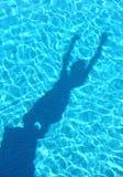 детеныши заплывания тени бассеина подныривания мальчика Стоковая Фотография