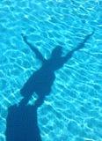 детеныши заплывания тени бассеина подныривания мальчика Стоковые Фотографии RF