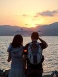 детеныши захода солнца пар наблюдая Стоковое фото RF
