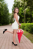 детеныши зонтика парка девушки Стоковая Фотография RF