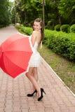 детеныши зонтика парка девушки Стоковые Изображения RF