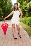 детеныши зонтика парка девушки Стоковое фото RF