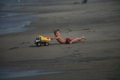 детеныши игры мальчика пляжа Стоковое Фото