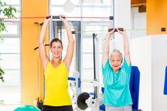 Детеныши и старуха в прочности тренировки спортзала с штангой Стоковые Изображения