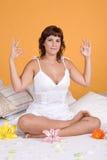 детеныши йоги женщины красивейшего положения ослабляя стоковые изображения