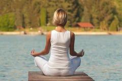 детеныши йоги женщины озера Стоковое Фото