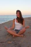 детеныши йоги женщины пляжа практикуя Стоковое Изображение