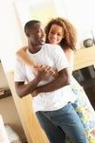 детеныши комнаты обнимать пар живущие Стоковое Изображение RF