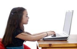 детеныши компьтер-книжки девушки работая Стоковая Фотография