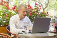 детеныши компьютера бизнесмена работая стоковое фото